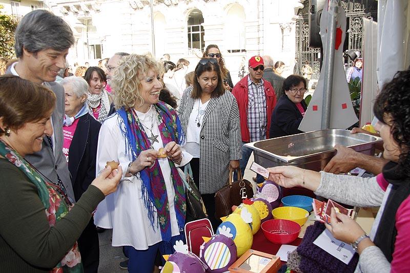 Díaz Tezanos visita uno de los stands informativos, ubicados en la plaza del Ayuntamiento de Santander. FOTO: Nacho Romero