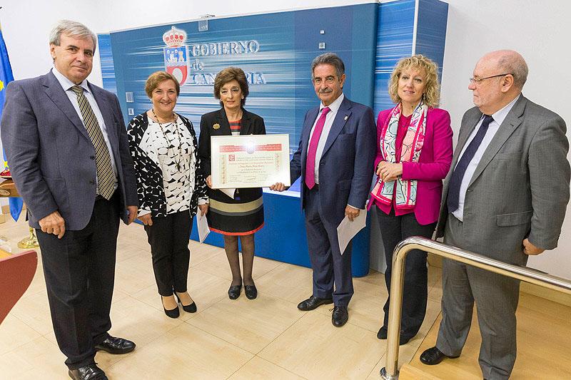 Marta Malo muestra el diploma en presencia del presidente, la vicepresidenta y los consejeros de Sanidad, Presidencia y Economía (Foto: Miguel López)