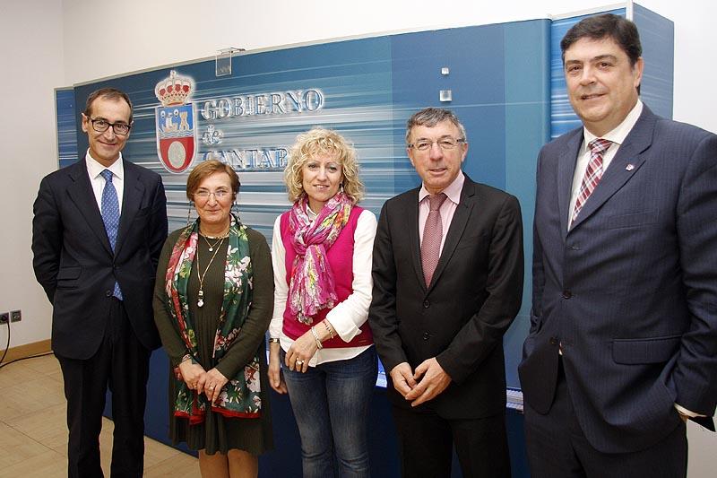 La vicepresidenta y la consejera de Sanidad junto a los gerentes de Valdecilla, Sierrallana y Laredo