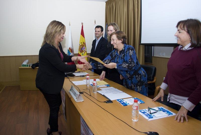 La consejera María Luisa Real entrega el diploma a una de las alumnas que ha realizado el Máster (FOTO: Irene Olmo)