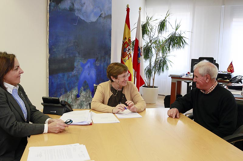 La consejera de Sanidad analiza con el alcalde de Herrerías la situación sanitaria del municipio