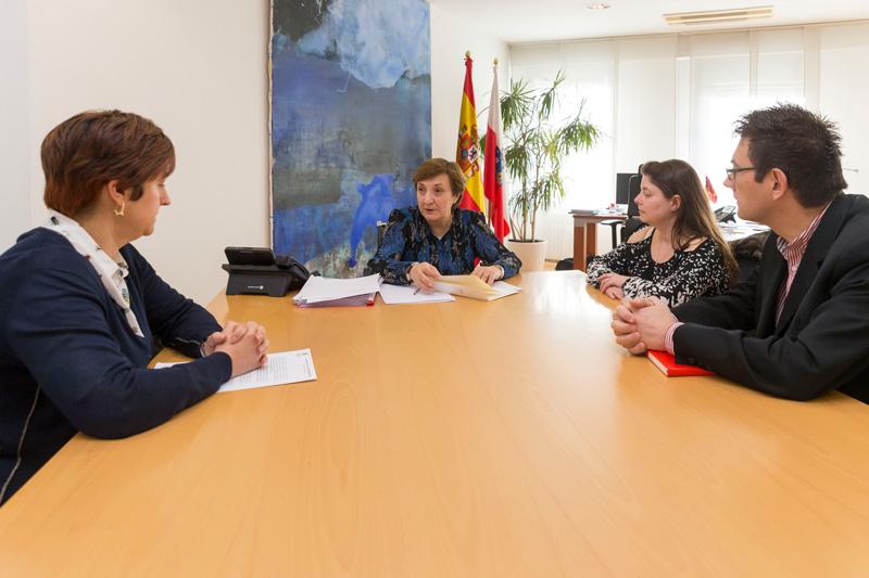 La consejera de Sanidad y ALCER Cantabria analizan  proyectos para mejorar la calidad de vida de los enfermos renales