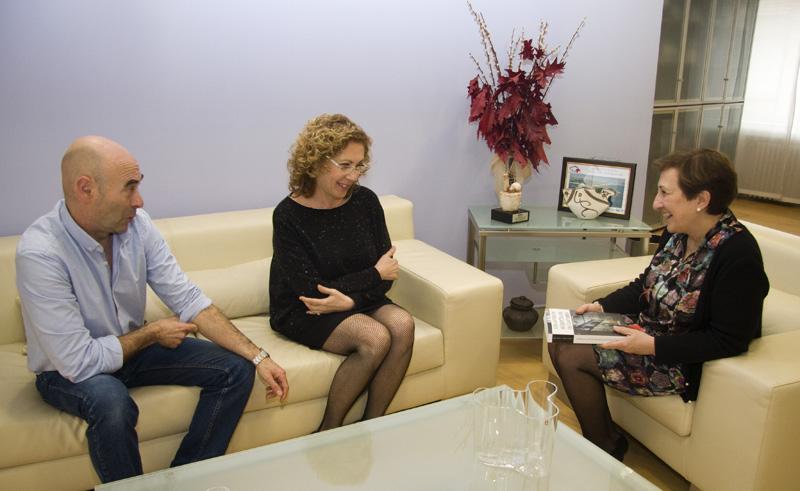 María Luisa Real intercambia impresiones con los autores de la obra 'Los antiguos hospitales de Cantabria'