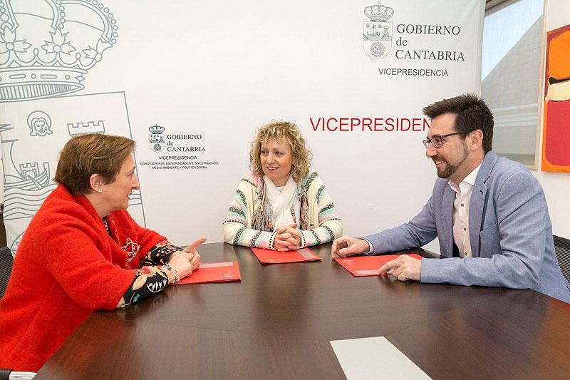 La vicepresidenta Eva Díaz Tezanos, la consejera María Luisa Real y el alcalde Javier Incera, durante la reunión (FOTO: Miguel López)