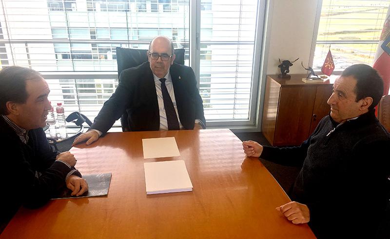 Oria y el alcalde de Pesaguero repasan las necesidades del municipio