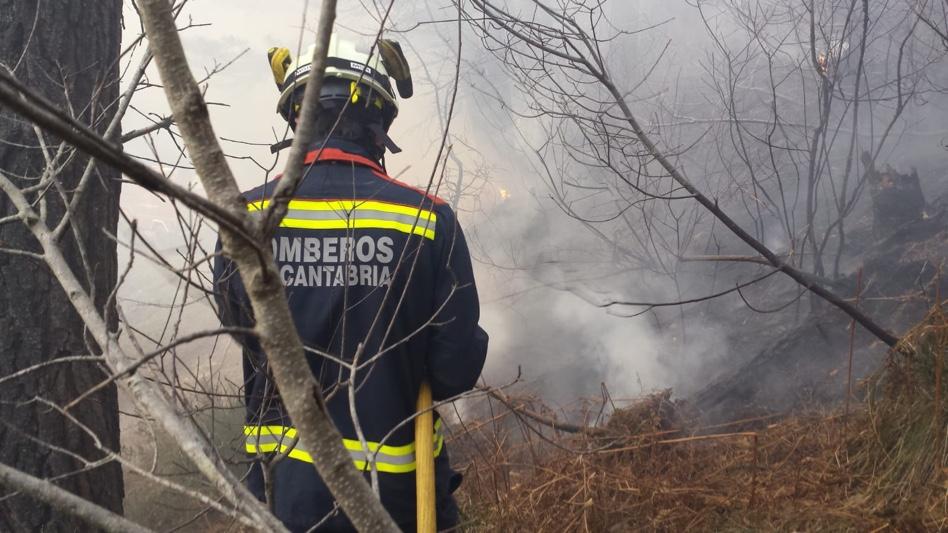 Los medios aéreos se incorporan a la extinción del incendio de La Alcomba en Ramales de la Victoria