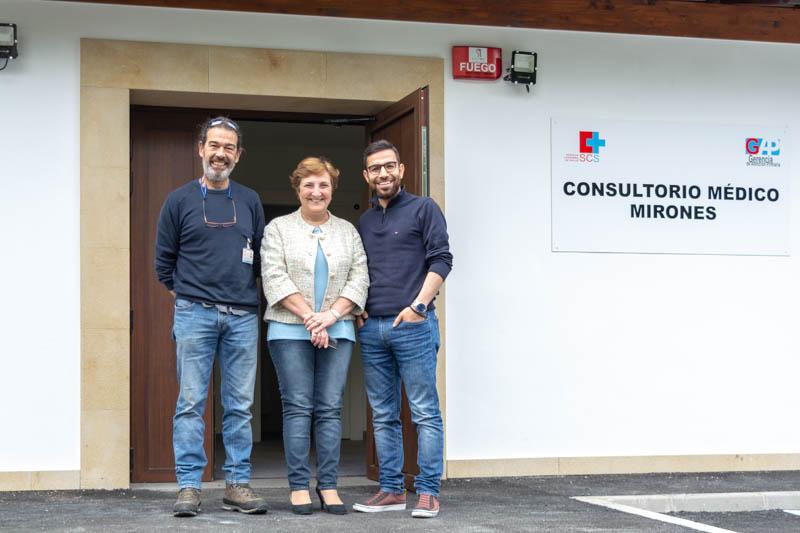 Real visita el consultorio médico de Mirones y se reúne con los profesionales del centro