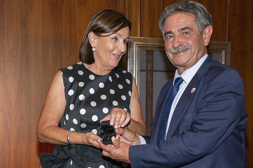 El presidente entrega a Dolores Gorostiaga el Emboque de Oro de la Casa de Cantabria en Madrid