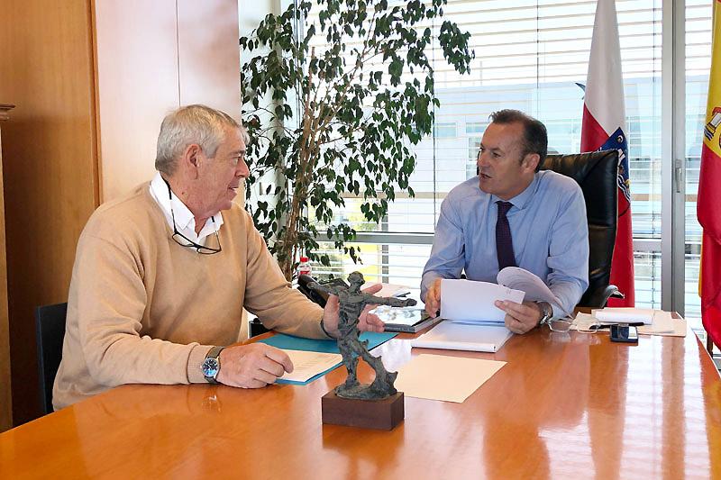 El consejero Blanco y el alcalde de Bareyo analizan la necesidad de mejorar los caminos rurales del municipio