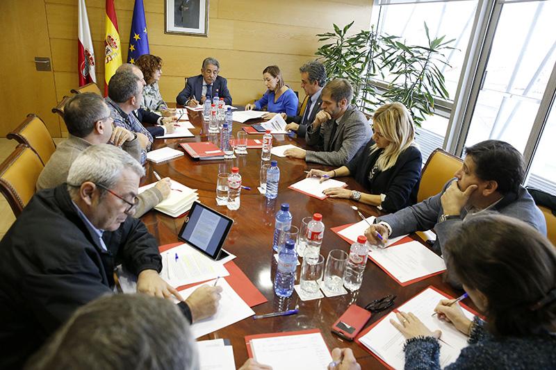 Cantabria subirá un 3,5% su presupuesto no financiero para atender los servicios fundamentales y reducirá por primera vez su deuda