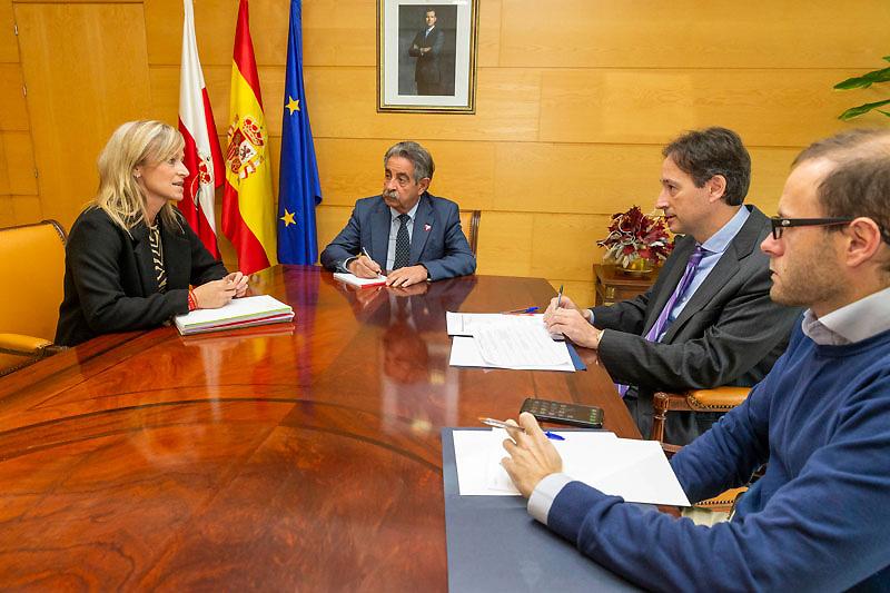 Revilla garantiza a la alcaldesa de Castro Urdiales el apoyo del Gobierno a los principales proyectos del municipio
