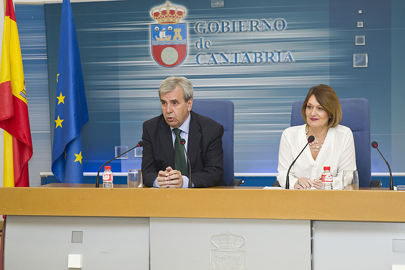 El consejero y la directora de Función Pública informan de la ejecución de la Oferta de Empleo Público (Foto: Patricia Pereda)