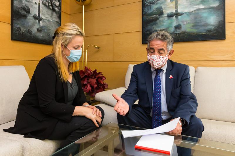 El presidente garantiza a la nueva alcaldesa una solución a la problemática sanitaria de Valle de Villaverde