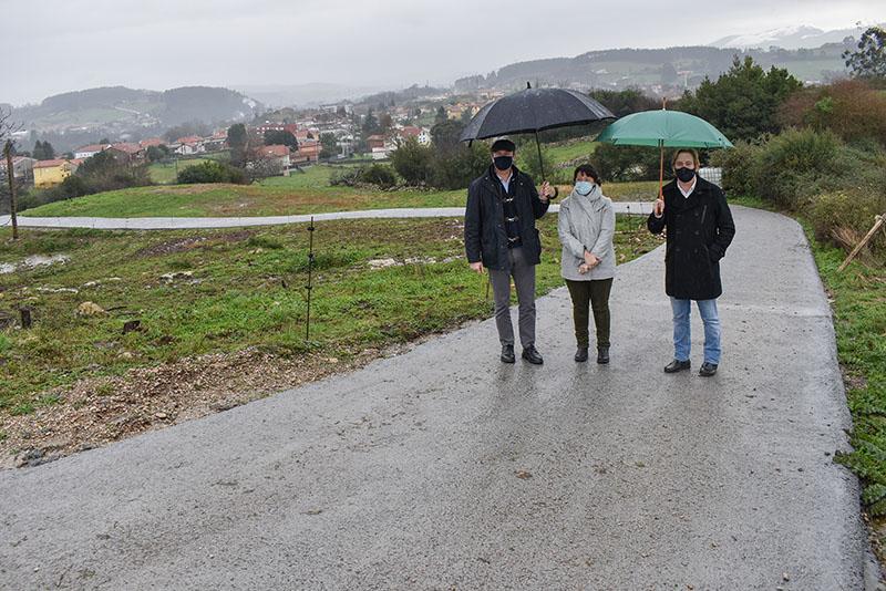 El Gobierno refuerza un camino rural en Reocín para mejorar la accesibilidad al depósito de agua potable en La Veguilla