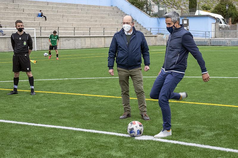 Zuloaga inaugura el nuevo césped del campo de futbol municipal en San Vicente de la Barquera