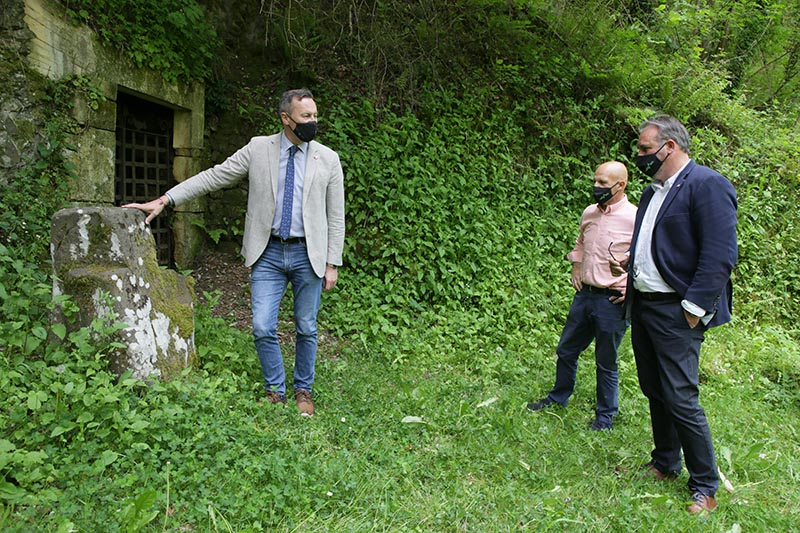 El consejero inspecciona los accesos a la ermita de Cambarco, en Cabezón de Liébana (Foto: Nacho Romero)