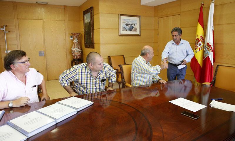 Imagen de la reunión celebrada esta mañana en la sede del Gobierno (Foto: Lara Revilla)