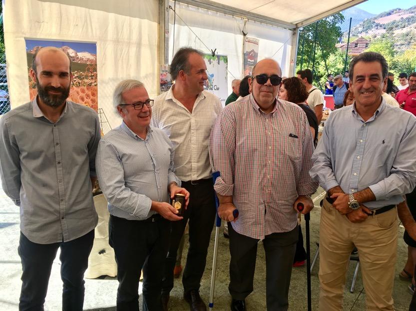 Oria y Martín visitan la VII Feria de la Miel en Vega de Liébana