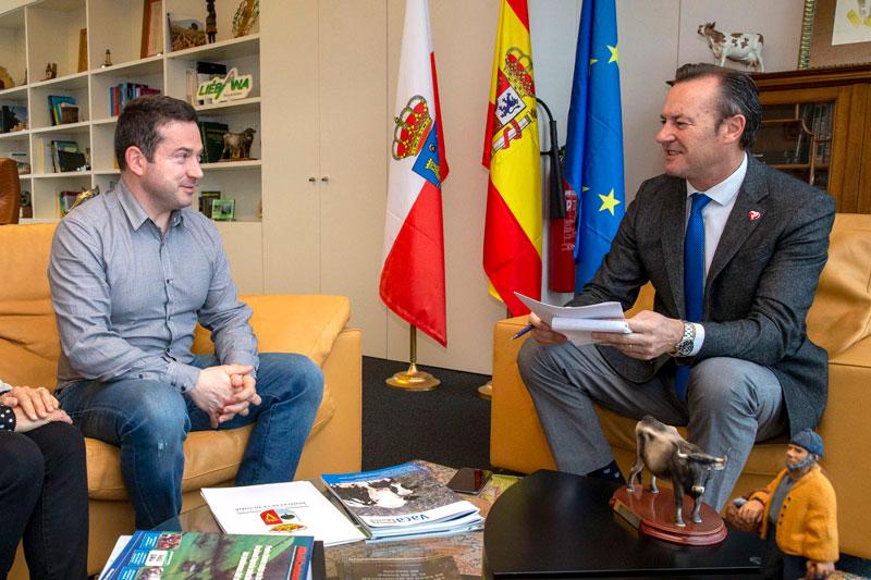 Blanco estudia con el alcalde de Ramales el refuerzo de la red de caminos rurales del municipio
